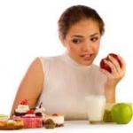 Kvinna äter ett äpple när hon bantar