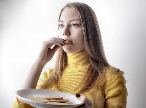 Kvinna äter kex