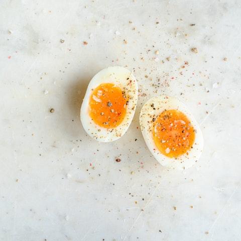 Två löskokta ägghalvor